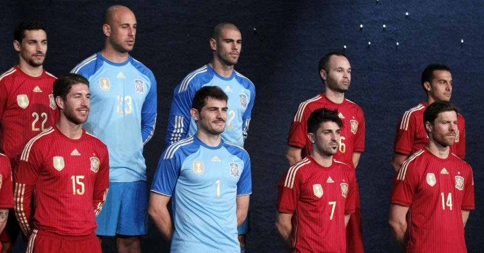 13.nov.2013 - Seleção da Espanha apresenta uniforme para a disputa da temporada de 2014