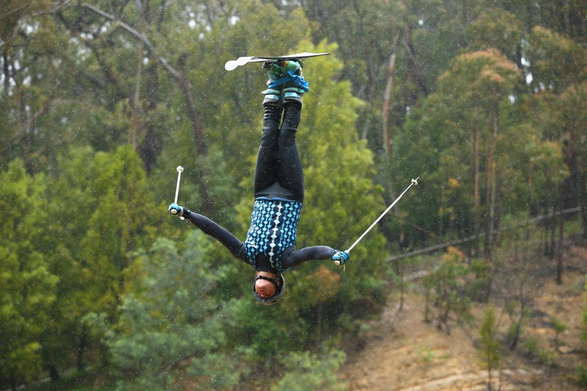 Britt Cox, de apenas 19 anos, faz acrobacias em um lago durante atividade da seleção australiana de Esqui, em Melbourne; ela treina com o restante dos atletas da modalidade Freestyle (Estilo livre) para as Olimpíadas de Inverno da Rússia, que acontecera na cidade de Sochi, em 2014