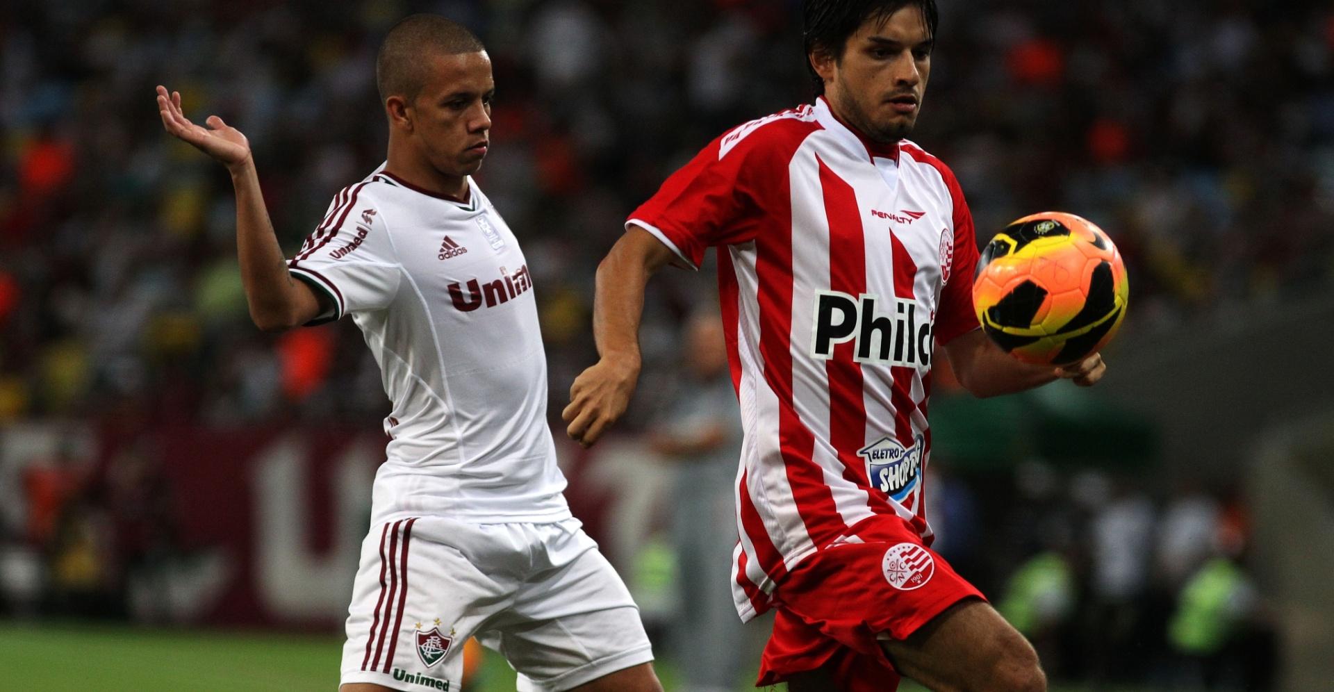 Marcos Jr. (esq.) disputa a bola com Tiago Real no jogo entre Fluminense e Náutico (14.nov.2013)
