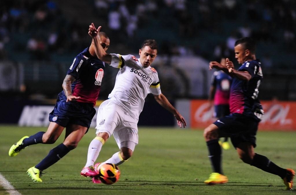 Montillo tenta armar a jogada para o Santos contra o Bahia pelo Brasileirão (14.nov.2013)