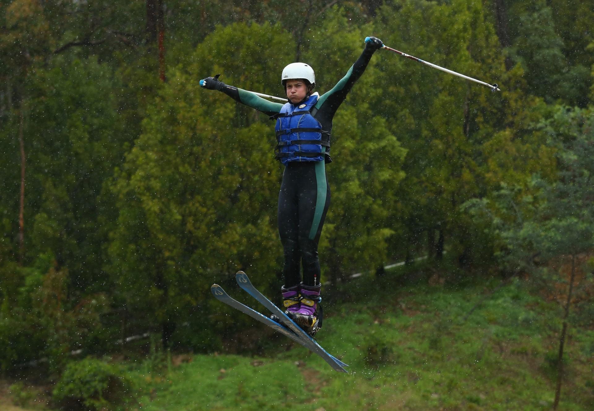 Nicole Parks faz exercício durante treinamento da seleção australiana de Esqui, em um lago de Melbourne; atletas da modalidade Freestyle (Estilo livre) da Austrália se adaptaram ao verão do país e improvisaram equipamentos para simular a neve, como modo de preparação para as Olimpíadas da Inverno na Rússia