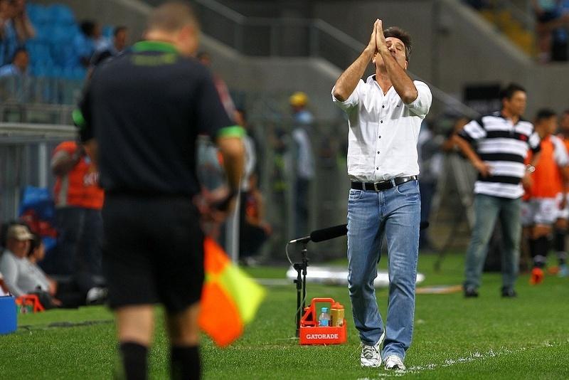 Renato Gaúcho gesticula após gol do Grêmio contra o Vasco na Arena