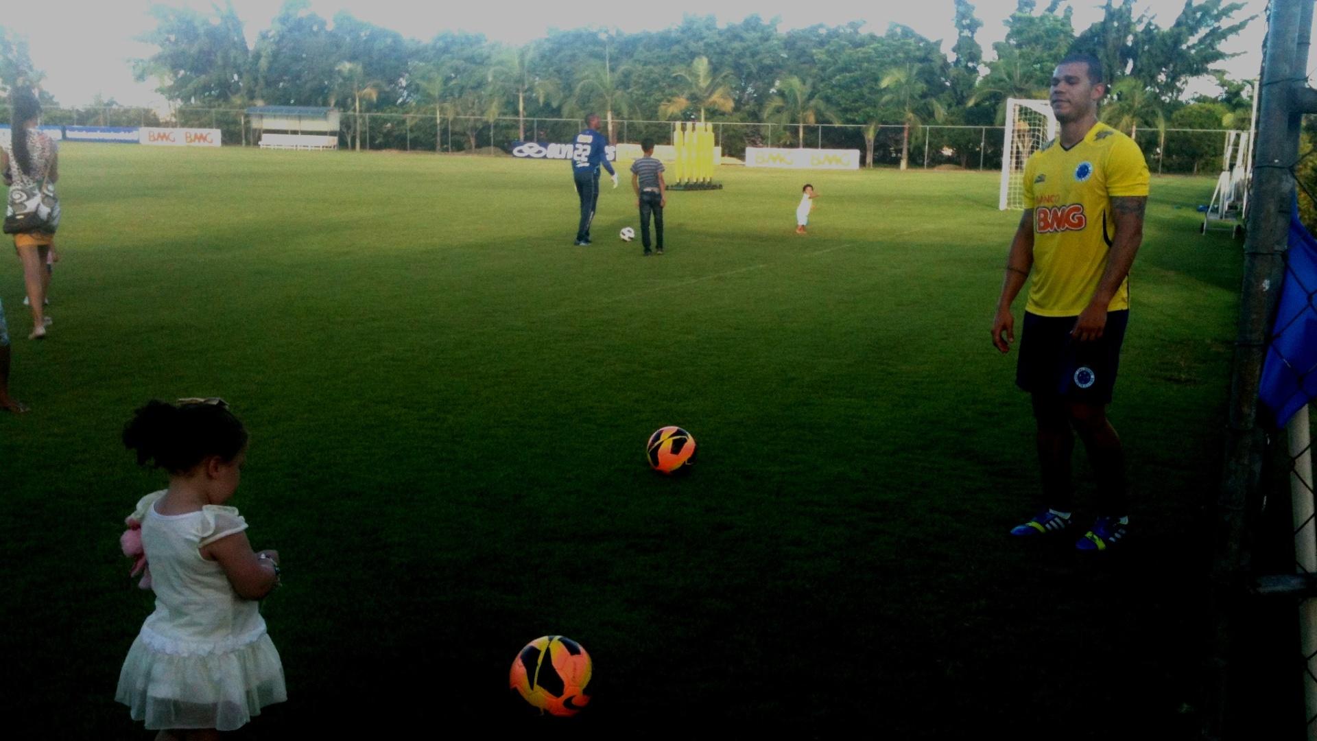 15 nov 2013 - Volante Nilton brinca com a filha Giovanna, na Toca da Raposa II, em dia de reapresentação do elenco campeão brasileiro