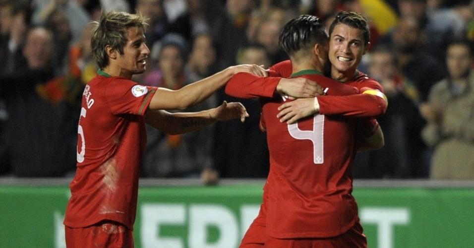 15.nov.2013 - Cristiano Ronaldo comemora depois de marcar o único gol da partida entre Portugal e Suécia pelo jogo de ida da repescagem para a Copa do Mundo-2014