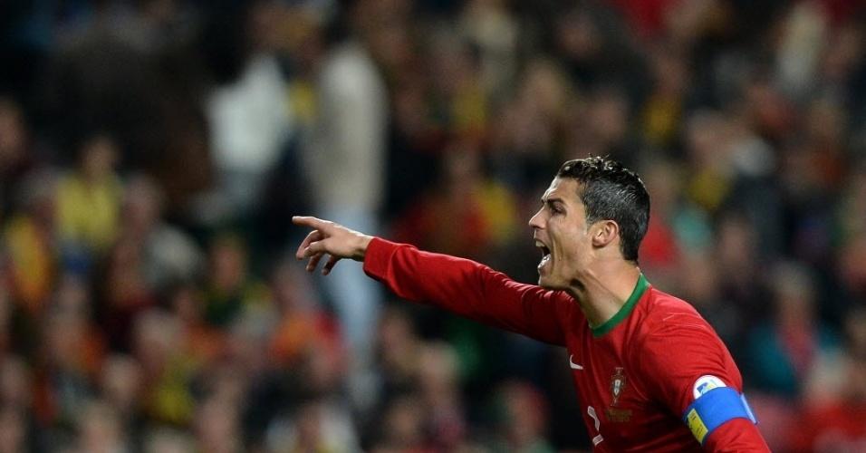 15.nov.2013 - Cristiano Ronaldo grita com os companheiros durante partida entre Portugal e Suécia pela repescagem europeia para a Copa do Mundo-14; portugueses venceram por 1 a 0