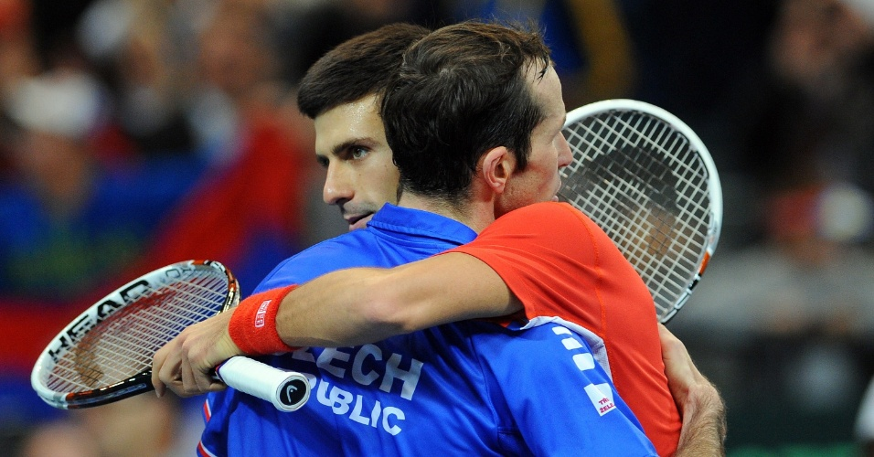 15.nov.2013 - Djokovic e Stepanek se abraçam no final da partida