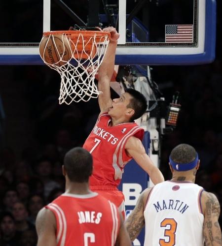 15.nov.2013 - Jeremy Lin dá bela enterrada para anotar dois de seus 21 pontos na vitória dos Rockets sobre os Knicks, sua ex-equipe, fora de casa