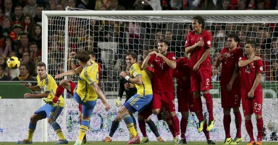 15.nov.2013 - Kim Källström cobra a falta durante partida entre Portugal e Suécia pela repescagem europeia para a Copa do Mundo-2014; portugueses venceram por 1 a 0