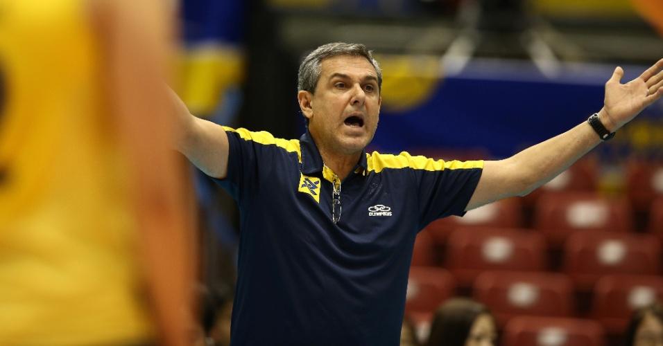15.nov.2013 - O técnico José Roberto Guimarães gesticula durante a vitória do Brasil sobre a República Dominicana