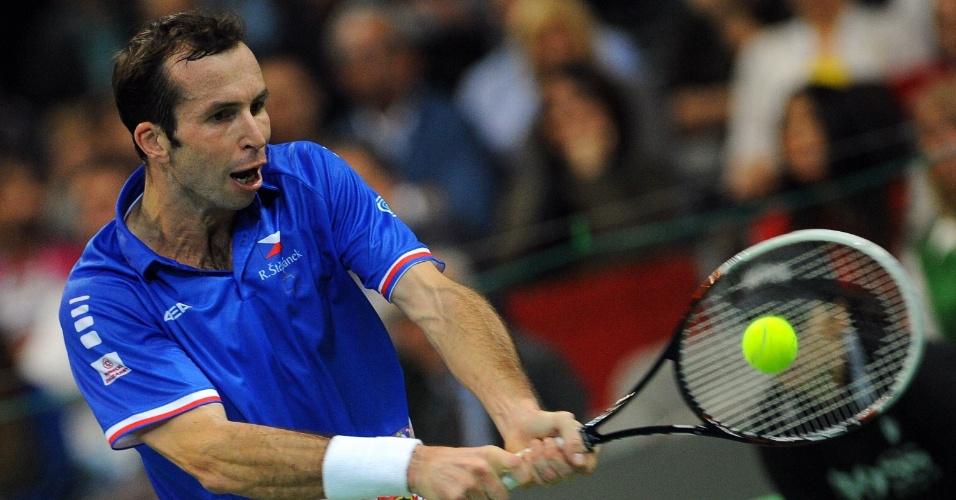 15.nov.2013 - O tenista Stepanek em jogada durante a disputa entre Sérvia e República Tcheca pela Copa Davis
