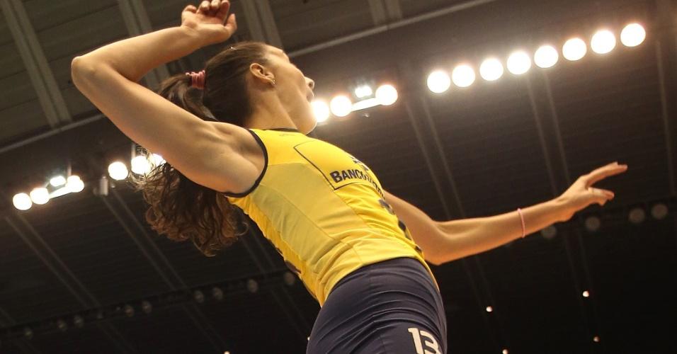 15.nov.2013 - Sheilla ataca durante o triunfo brasileiro sobre a Rep. Dominicana; ela teve 20 pontos