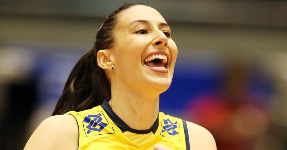 15.nov.2013 - Sheilla sorri durante o triunfo brasileiro sobre a Rep. Dominicana; ela teve 20 pontos