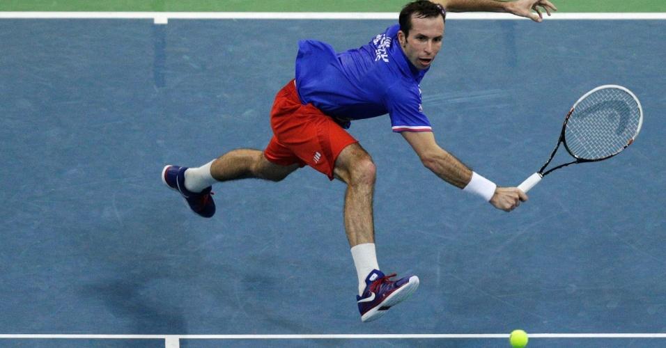 15.nov.2013 - Stepanek tenta se impor em jogadas durante a partida contra Djokovic
