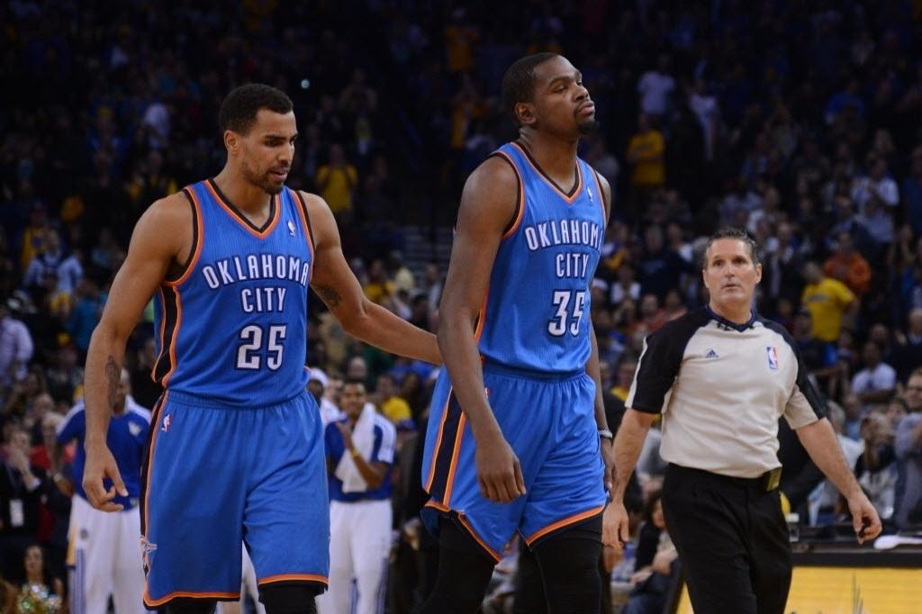 15.nov.2013 - Thabo Sefolosha e Kevin Durant lamentam a derrota do Thunder para os Warriors, por 116 a 115, com cesta no último segundo de Andre Iguodala