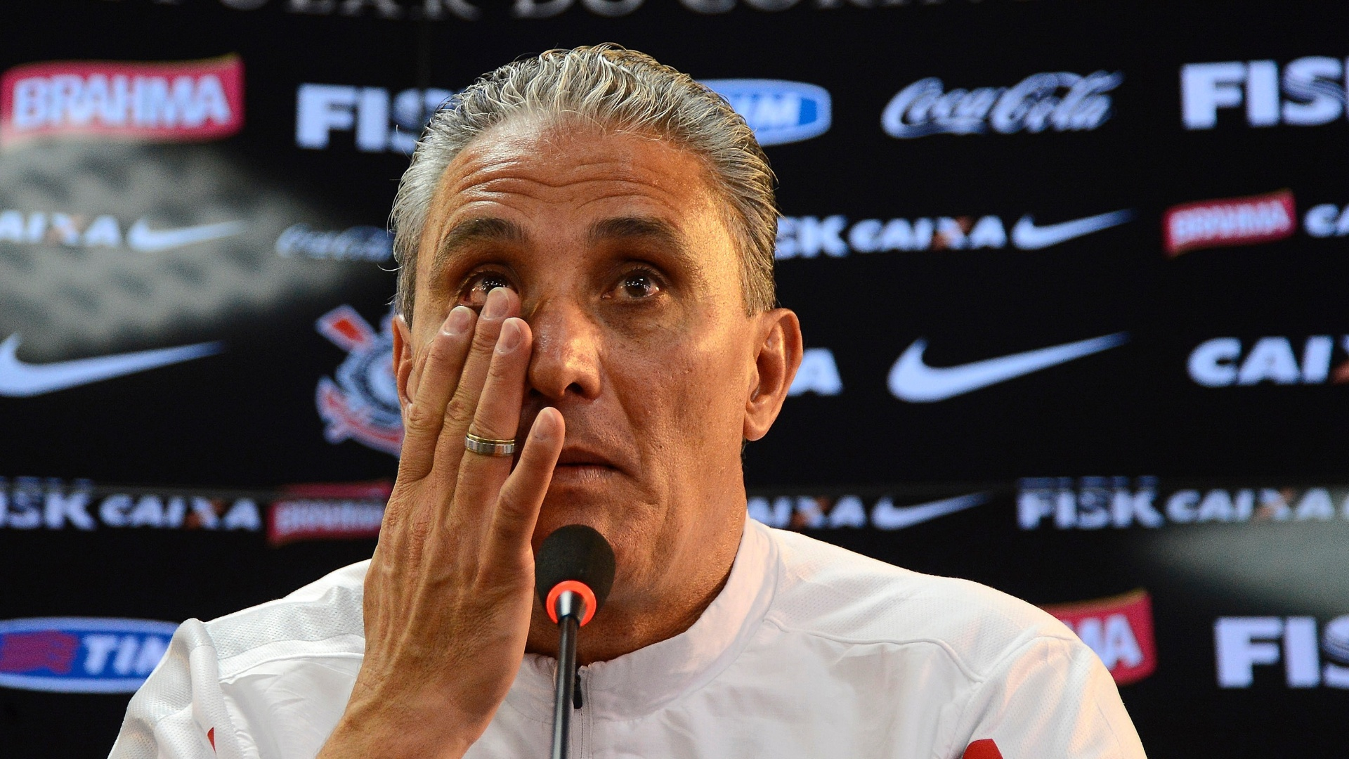 15.nov.2013 - Tite se emociona durante a coletiva em que confirmou que não terá seu contrato com o Corinthians renovado ao final deste ano