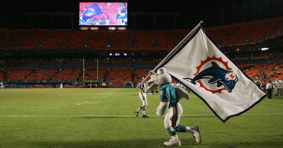 31.ago.2006 - Mascote do Miami Dolphins corre pelo gramado do Dolphin Stadium durante jogo do time contra o St. Louis Rams pela NFL