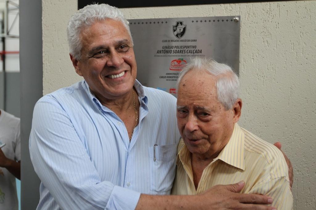 Roberto Dinamite (e) abraça Antônio Soares Calçada, presidente de honra do Vasco