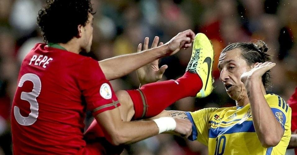 15.nov.2013 - Zagueiro Pepe ergue o pé e deixa as travas da chuteira perto da rosto de Ibrahimovic, durante partida entre Portugal e Suécia na repescagem para a Copa do Mundo-2014; portugueses venceram por 1 a 0