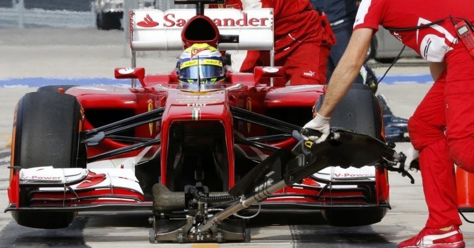 16.11.2013 - Felipe Massa para nos boxes da Ferrari durante treinos de sábado para o GP dos Estados Unidos