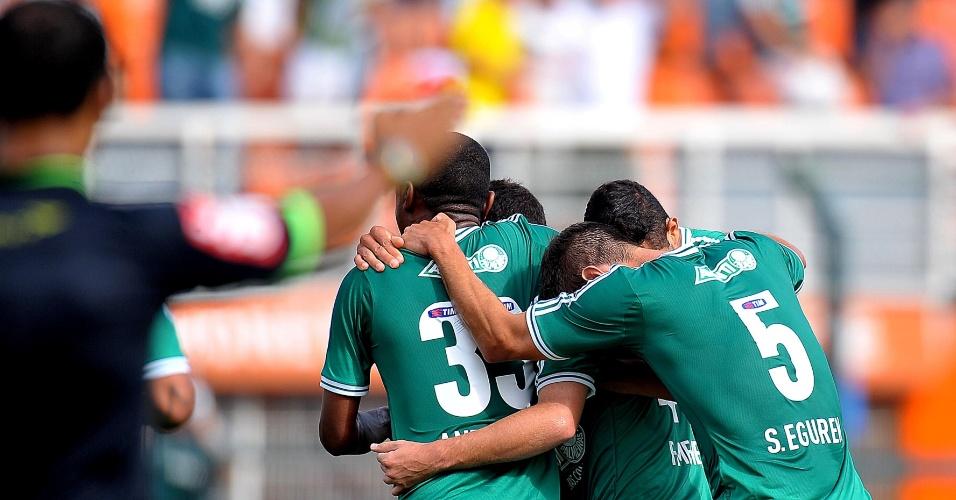 16.nov.2013 - Jogadores do Palmeiras se abraçam após gol marcado por Felipe Menezes, aos 28 do primeiro tempo