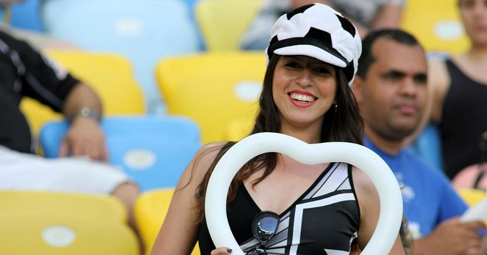 16.nov.2013 - Torcedora assiste no Maracanã ao jogo entre Botafogo e Atlético-PR, válido pelo Campeonato Brasileiro