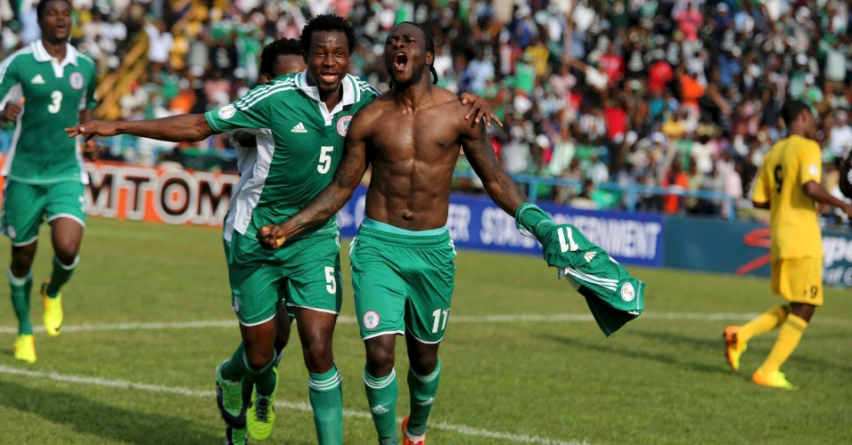 16.nov.2013 - Victor Moses (sem camisa) comemora após abrir o placar para a Nigéria na partida contra a Etiópia; vitória por 2 a 0 classificou as Super Águias para a Copa-2014
