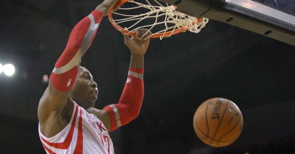 16.nov.2013 - Dwight Howard enterra na vitória do Houston Rockets sobre o Denver Nuggets, por 122 a 11; o pivô teve 25 pontos