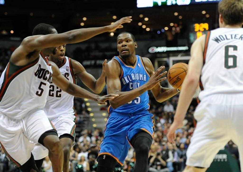 16.nov.2013 - Kevin Durant anotou 24 pontos e contou com 20 rebotes de Serge Ibaka para o OKC Thunder bater o Milwaukee Bucks por 92 a 79