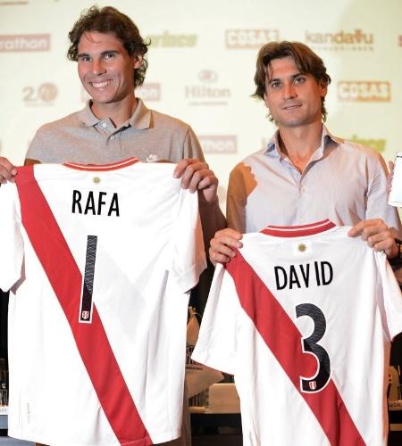 16.nov.2013 - Rafael Nadal e David Ferrer posam com camisas da seleção peruana de futebol personalizadas em Lima