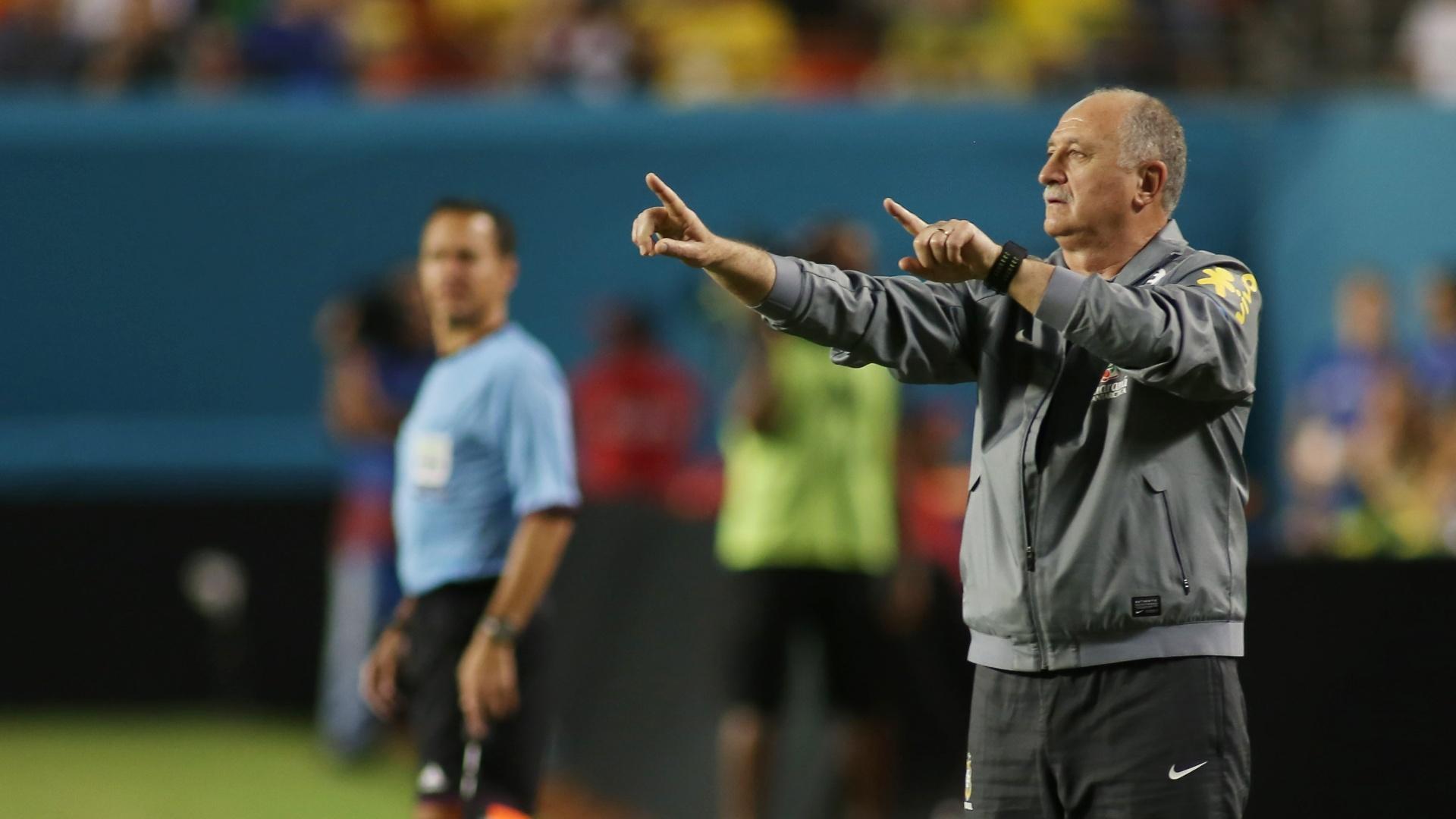 16.nov.2013 - Técnico Luiz Felipe Scolari orienta os jogadores da seleção brasileira durante amistoso contra Honduras em Miami