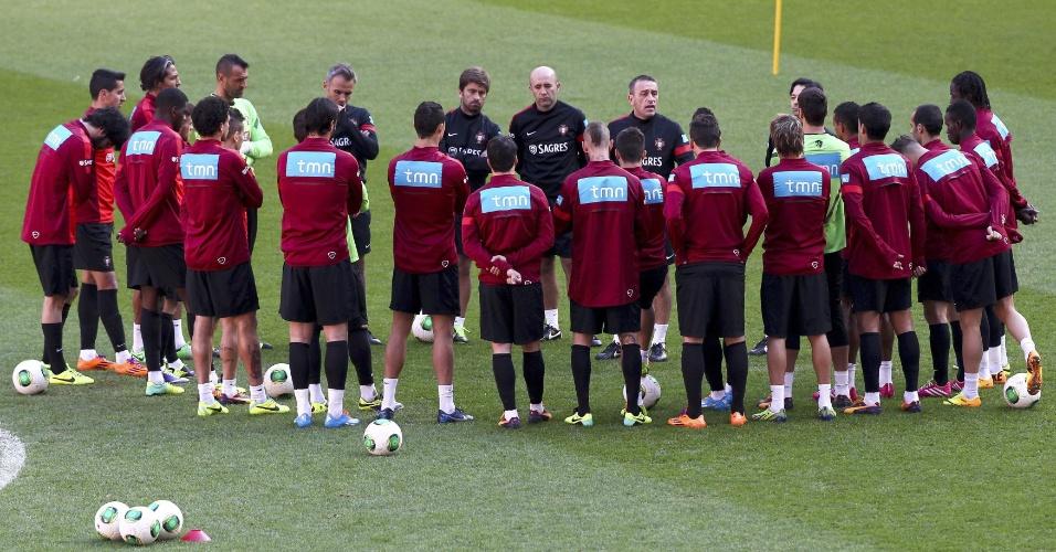 17.nov.2013 - Após vitória sobre a Suécia, a seleção portuguesa se reuniu para um treino no estádio Luz, em Lisboa