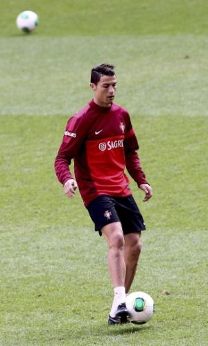 17.nov.2013 - Cristiano Ronaldo aquece com a bola em treino com a seleção Portuguesa