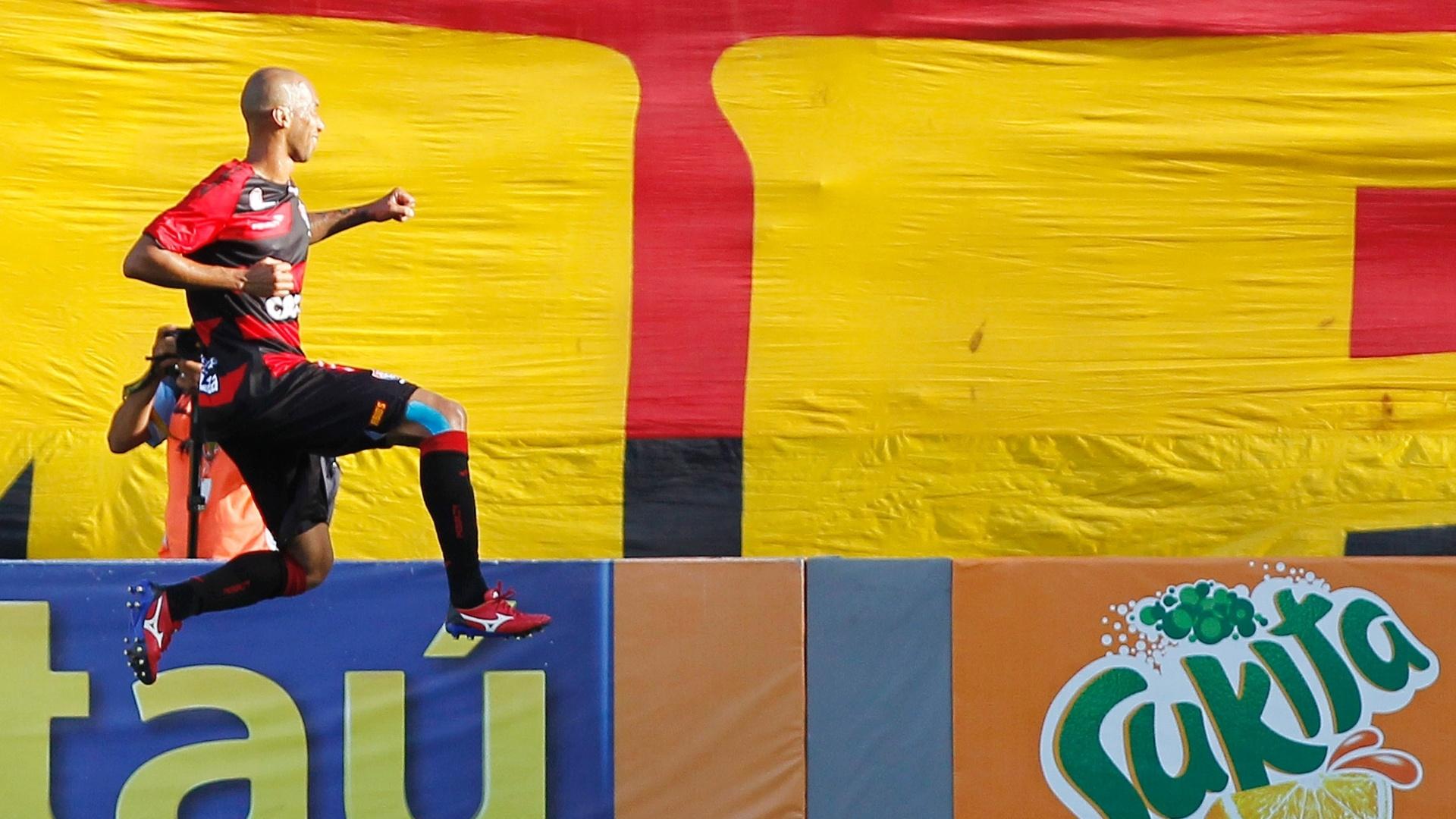 17;nov.2013 - Dinei, do Vitória, comemora gol na vitória do time sobre o Santos