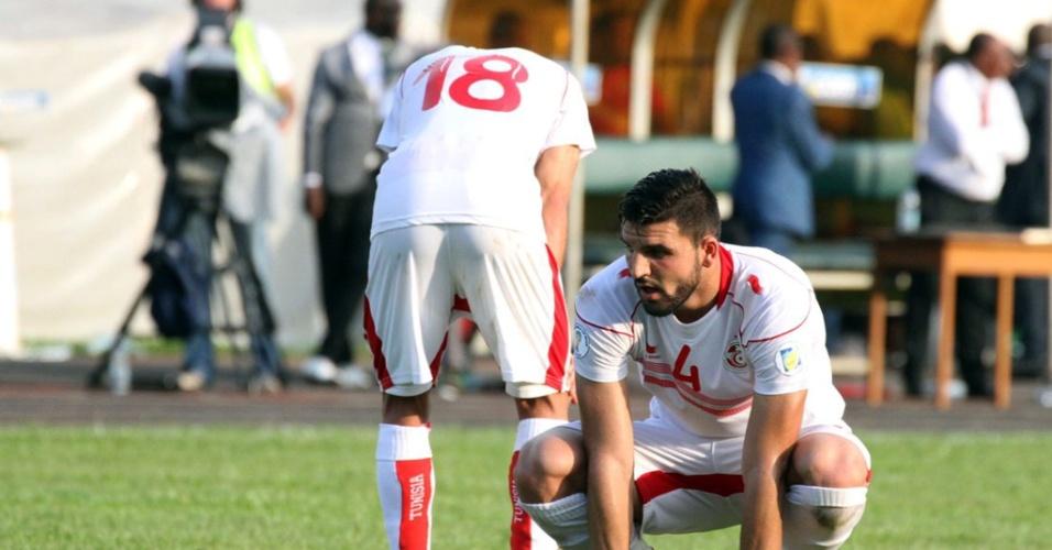 17.nov.2013 - Jogadores da Tunísia lamentam após perder o jogo para Camarões, que valia vaga para a Copa do Mundo no Brasil