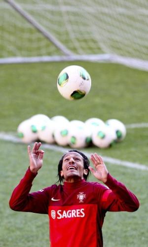 17.nov.2013 - O jogador Bruno Alves mostra habilidade durante treino