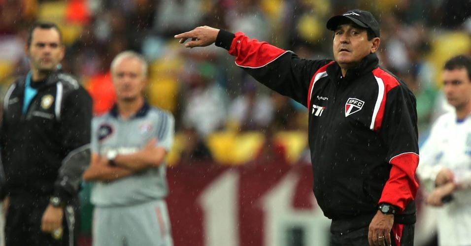 17.nov.2013 - Técnico do São Paulo, Muricy Ramalho dá instruções para o time durante a partida contra o Fluminense