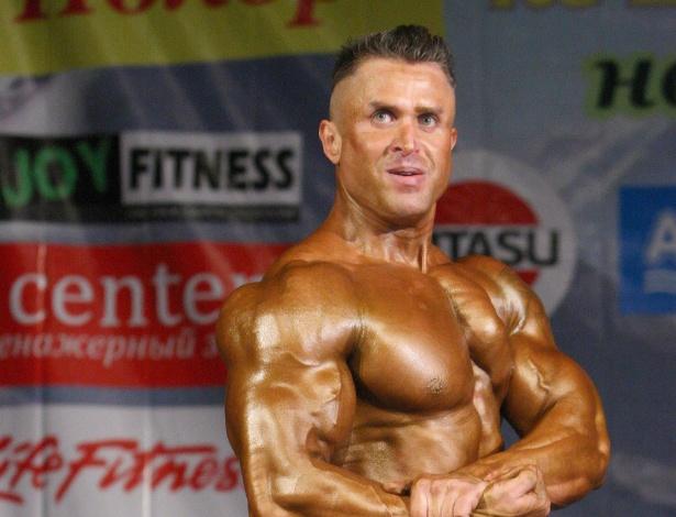 Aleksey Gornostayev se apresenta aos jurados. Homens e mulheres impressionam com corpos musculosos