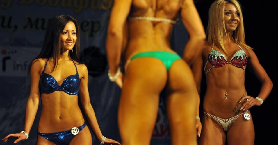"""Em Bisqueque, no Quirguistão, fisiculturistas desfilam no palco na categoria """"Bikini-Fitness"""""""