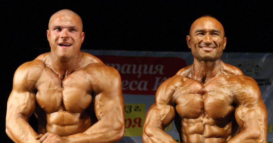 O fisiculturista Nikolay Krivosheev (à esquerda) e Berekenjeyev posam mostrando músculos durante o Campeonato de Fisiculturismo no Quirguistão