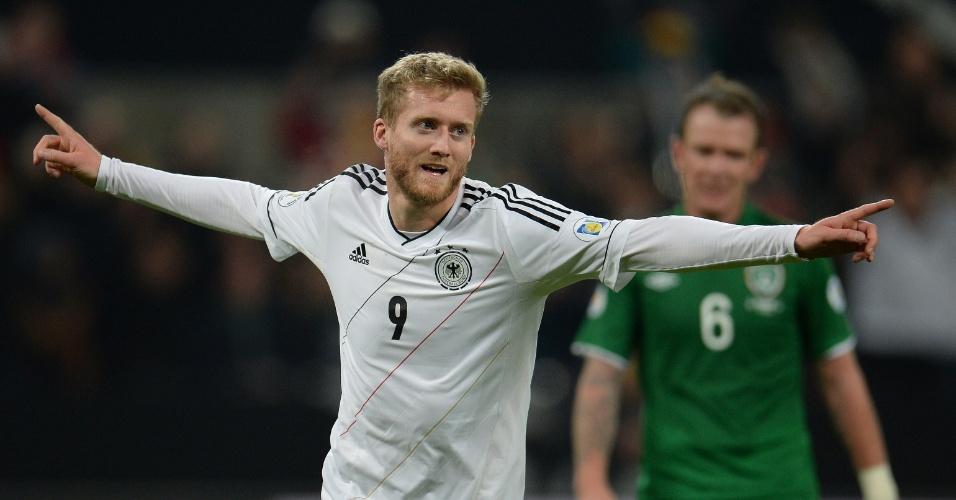 11.out.2013 - Andre Schürrle comemora após marcar um dos gols da vitória por 3 a 0 da Alemanha sobre a Irlanda; resultado selou a classificação alemã para a Copa-2014