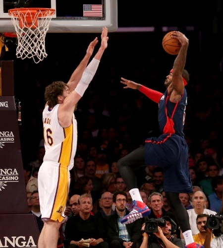 17.nov.2013 - Josh Smith, do Detroit Pistons, sobe para enterrar sobre Pau Gasol, dos Lakers.; os Pistons perderam por 114 a 99