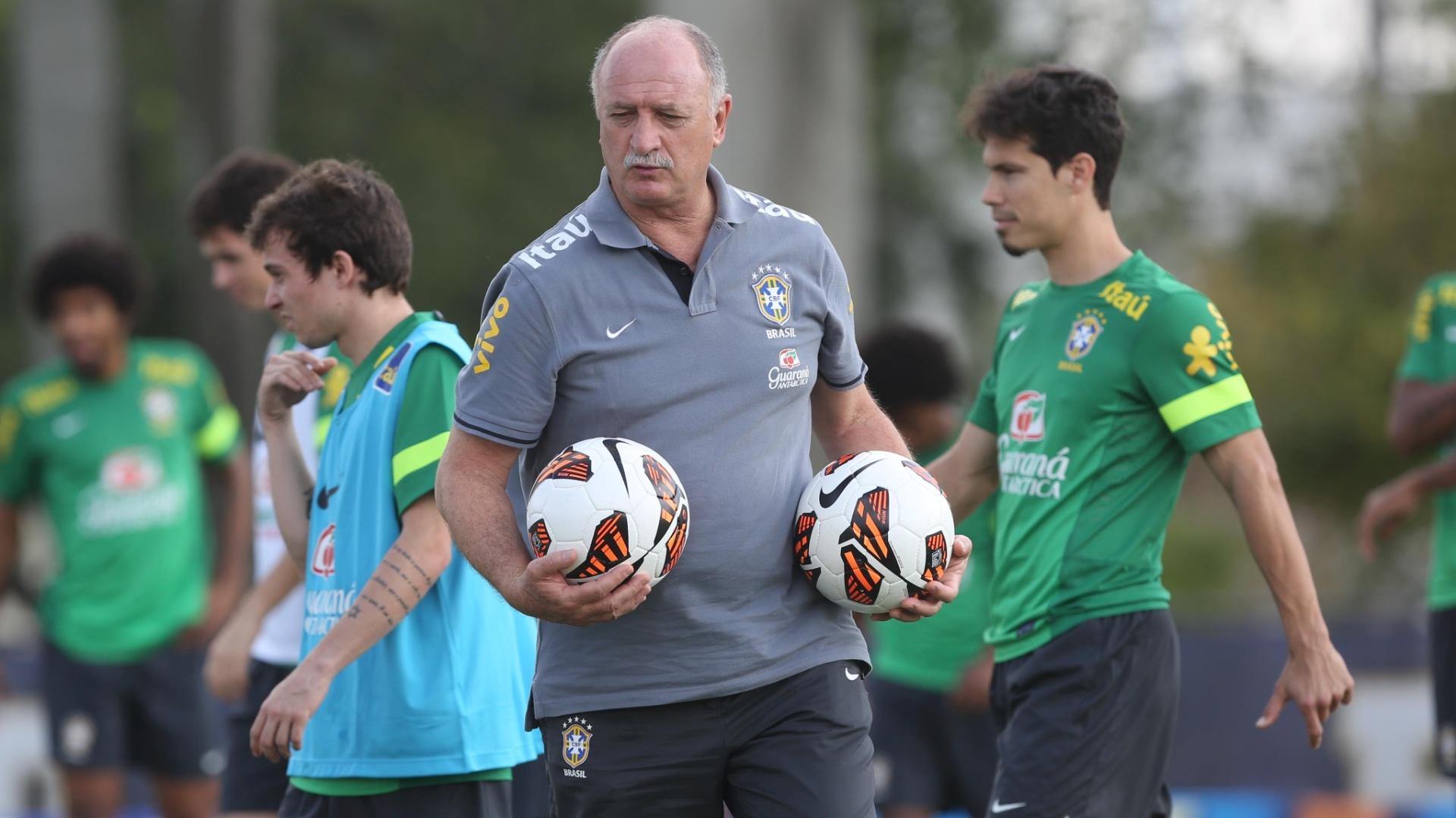 18.nov.2013 - Felipão conversa durante último treino da seleção brasileira em 2013