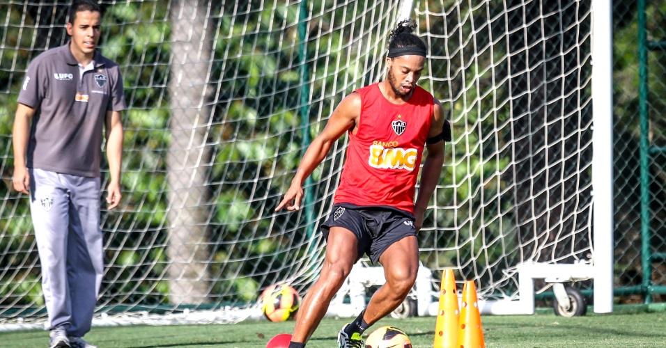 Ronaldinho Gaúcho, do Atlético-MG, realiza atividade no campo da Cidade do Galo (12/11/2013)