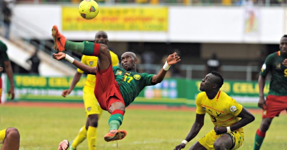 09.jun.2013 - Stéphane M'Bia, de Camarões, tenta acertar um voleio durante a partida contra Togo pelas eliminatórias da Copa-2014; togoleses ganharam por 2 a 0, mas foram punidos (escalação irregular de jogador) e os camaroneses foram declarados vencedores pelo placar de 3 a 0