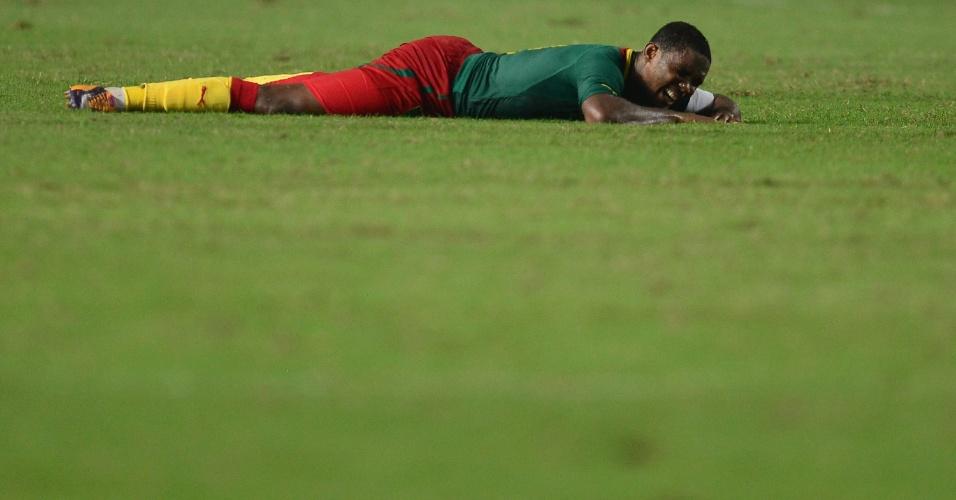 13.out.2013 - Samuel Eto'o, de Camarões, fica caído no gramado durante empate sem gols com a Tunísia pelas eliminatórias da Copa-2014