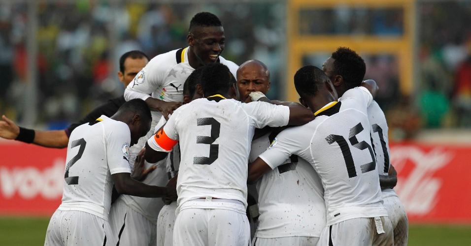 15.out.2013 - Jogadores de Gana comemoram um dos gols na tranquila vitória por 6 a 1 sobre o Egito pelas eliminatórias da Copa-14