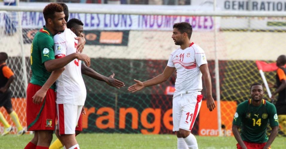 17.nov.2013 - Jogadores de Camarões recebem os cumprimentos dos tunisianos após a goleada por 4 a 1; vitória classificou os Leões Indomáveis para a Copa-2014