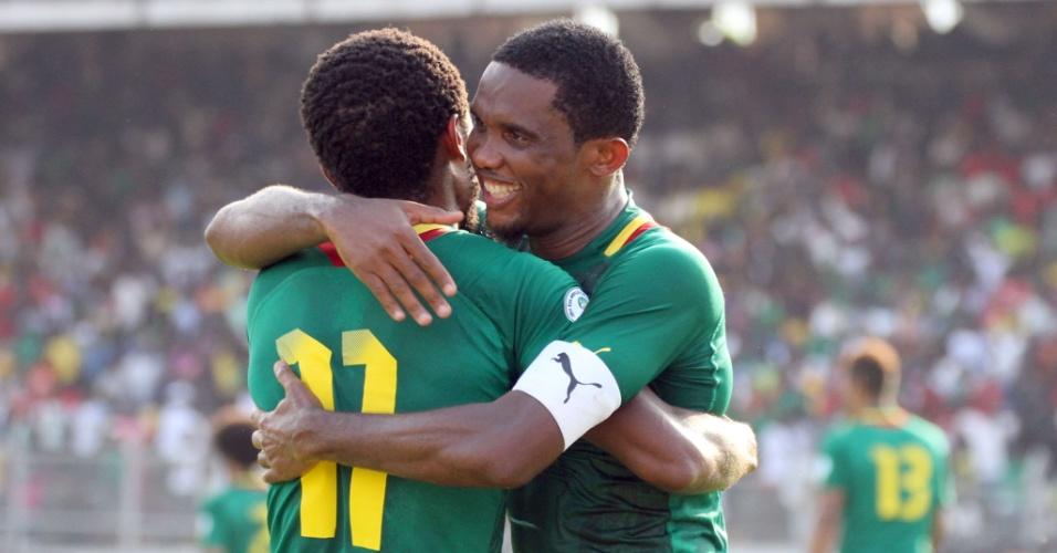 17.nov.2013 - Samuel Eto'o (d) abraça Jean Makoun após um dos gols marcados por Camarões na goleada por 4 a 1 sobre a Tunísia; resultado classificou os Leões Indomáveis para a Copa-2014