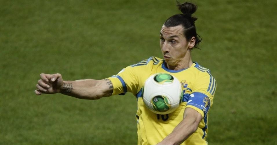 19.nov.2013 - Ibrahimovic domina a bola durante partida entre Suécia e Portugal pela repescagem para a Copa do Mundo
