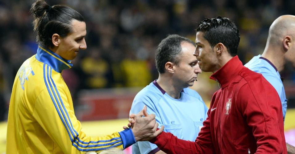 19.nov.2013 - Ibrahimovic e Cristiano Ronaldo se cumprimentam antes do jogo entre Suécia e Portugal pela repescagem europeia da Copa do Mundo; vitória por 3 a 2 classificou os portugueses para o Mundial